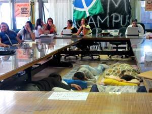 Alunos dormem em sala de reunião da reitoria da UnB (Foto: Mariana Zoccoli/G1)