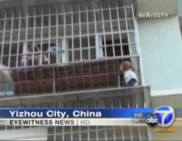 Menino de cinco anos fica preso pela cabeça em janela na China 2 (Foto: Reprodução)