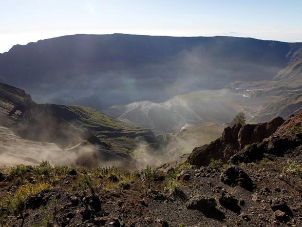 Monte Tambora solta gases em junho deste ano e ainda provoca temor de erupção nos moradores  (Foto: Fikria Hidayat/AP)