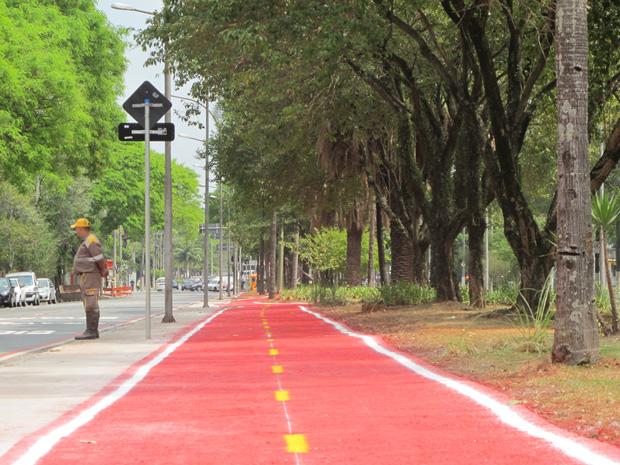Uma ciclovia/rota que liga o portão principal da Universidade de São Paulo (USP) e a estação Butantã, do Metrô, na Zona Oeste da capital, deve entrar em operação na quinta-feira (22), Dia Mundial Sem Carro. O trajeto tem extensão de 840 metros. De acordo com o prefeito Gilberto Kassab, 10 bicicletas ficarão à disposição dos ciclistas no bicicletário da estação Butantã.  O número de bicicletas deve aumentar. Kassab afirmou que a Prefeitura discute com a USP a possibilidade de prolongar a ciclofaixa aos domingos.  (Foto: Letícia Macedo/ G1)
