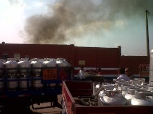 Incêndio ocorre perto de distribuidora de gás (Foto: Carolina Lauriano/G1)