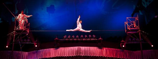 Palhaço também faz apresentação de equilíbrio no arame (Foto: Divulgação)