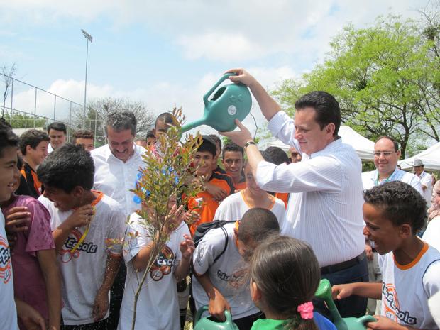 Prefeito inaugura parque e ajudou a plantar uma muda de árvore na manhã desta quarta (Foto: Clara Velasco/G1)