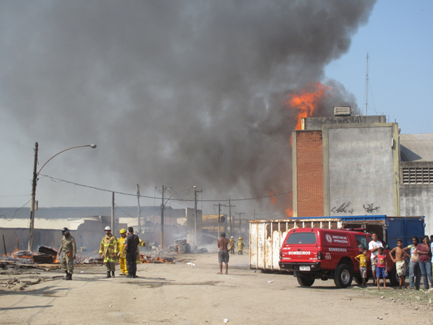 Incêndio atinge mercado no Rio (Foto: Carolina Lauriano / G1)
