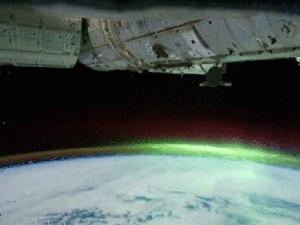 A aurora austral (luzes verdes) é um fenômeno ótico que acontece no Polo Sul. (Foto: BBC)