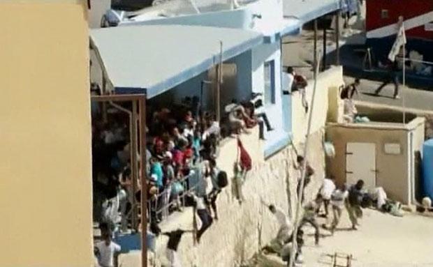 Imigrantes são vistos fugindo dos policiais (Foto: BBC)