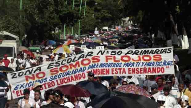 Professores marcham nesta quarta-feira (21) nas ruas de Acapulco, no estado mexicano de Guerrero, pedindo ao governo mais segurança nas escolas. Eles afirmam ter recebido ameaças de cartéis de drogas (Foto: AFP)