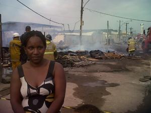 Moradora perde casa em incêndio no Rio (Foto: Carolina Lauriano / G1)