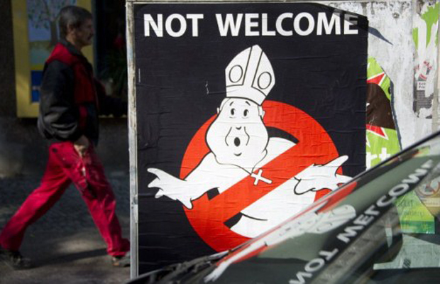 Placas colocam papa dentro de círculo vermelho  (Foto: Johannes Eisele/France Presse )