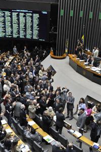 Deputados durante votação da regulamentação da emenda da saúde, no plenário da Câmara (Foto: Rodolfo Stuckert / Agência Câmara)