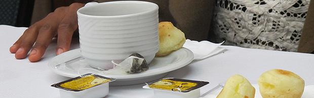 Esperanza Slanding pediu, em português, pão de queijo e chá preto durante a entrevista (Foto: Gustavo Miller/G1)