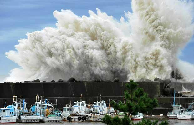Ondas batem em quebra-onda em Udono, na cidade portuária de Kiho, na província japonesa de Mie, nesta quarta-feira (21) (Foto: AP)
