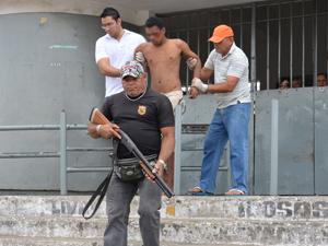 Detento fica ferido em princípio de tumulto em presídio de João Pessoa (Foto: Walter Paparazzo/G1)