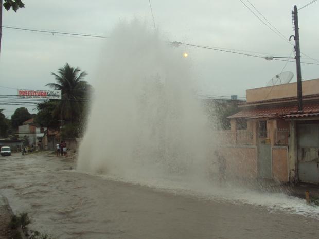 Cedae  trabalha no local para consertar o vazamento (Foto: Cristiane da Silva Area/VC no G1)