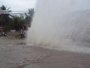 Tubulação de rua estoura em São Gonçalo, RJ (Foto: Cristiane da Silva Area/VC no G1)