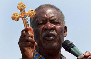 Michael Sata mostra cruz cristã durante campanha eleitoral, em foto de 16 de setembro (Foto: AFP)