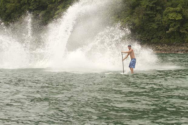 Água chegou a espirar onde estavam os surfistas durante os saltos da baleia. (Foto: Dan Merkel/Barcroft Media/Getty Images)