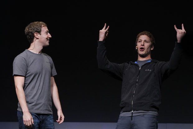 O comediante Andy Sandberg, do 'SNL' (à dir.) imita Mark Zuckerberg em evento 'f8' (Foto: Robert Galbraith/Reuters)