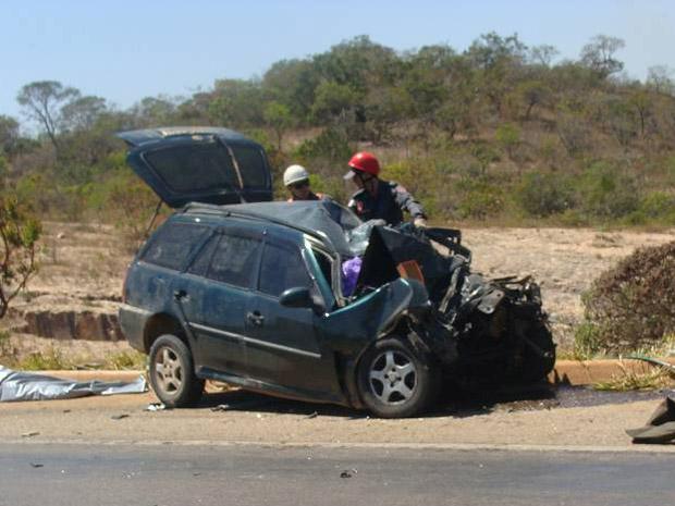 Segundo bombeiros, criança de três anos morreu na batida entre carro e caminhão no Norte de MG. (Foto: Corpo de Bombeiros de Minas Gerais/Divulgação)