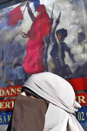 Kenza Drider, usando véu islãmico sobre o rosto, anuncia que será candidata às eleições presidenciais de 2012 (Foto: Remy de la Mauviniere/AP)