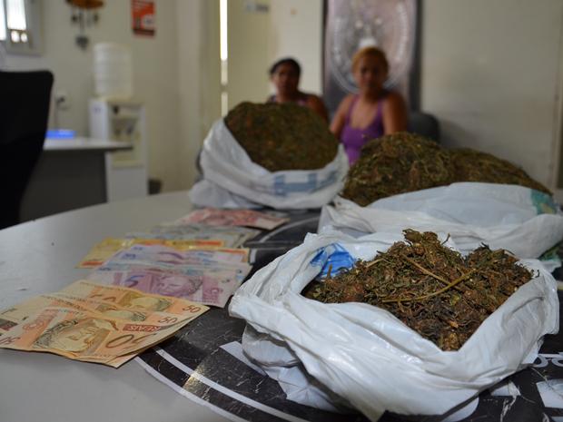 Polícia apreendeu droga e dinheiro com as mulheres (Foto: Walter Paparazzo/G1)