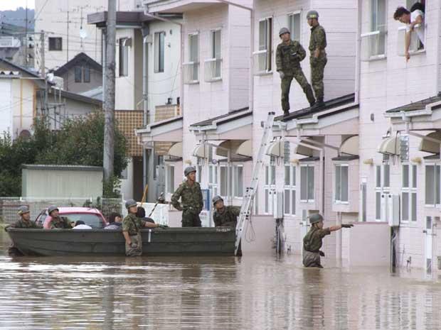 Soldados tentam resgatar pessoas ilhadas em suas casas na região de Fukushima. (Foto: Reuters)