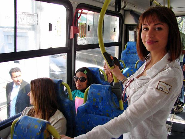 Maria não andava de ônibus desde os 18 anos (Foto: Luciana Bonadio/G1)