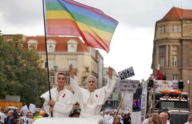 Manifeastantes carregam bandeira em protesto contra a visita do Papa Bento XVI, em Berlim (Foto: Pawel Kopczynski/Reuters)