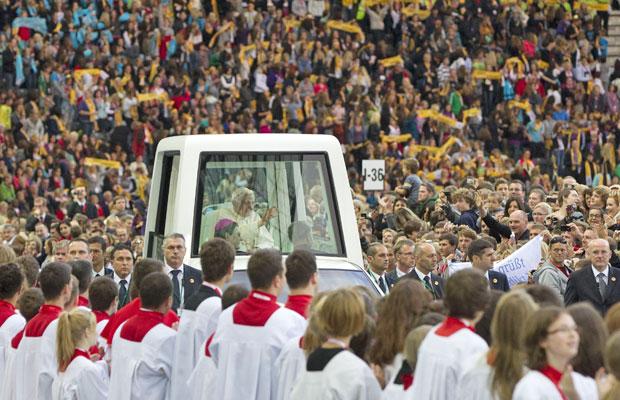 Bento XVI chega a estádio para missa no papamóvel, em Berlim  (Foto: Gero Breloer/AP)