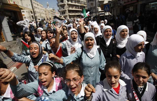 Crianças fazem manifestação nesta quinta-feira (22) em Ramallah pela criação de um Estado Palestino (Foto: AP)