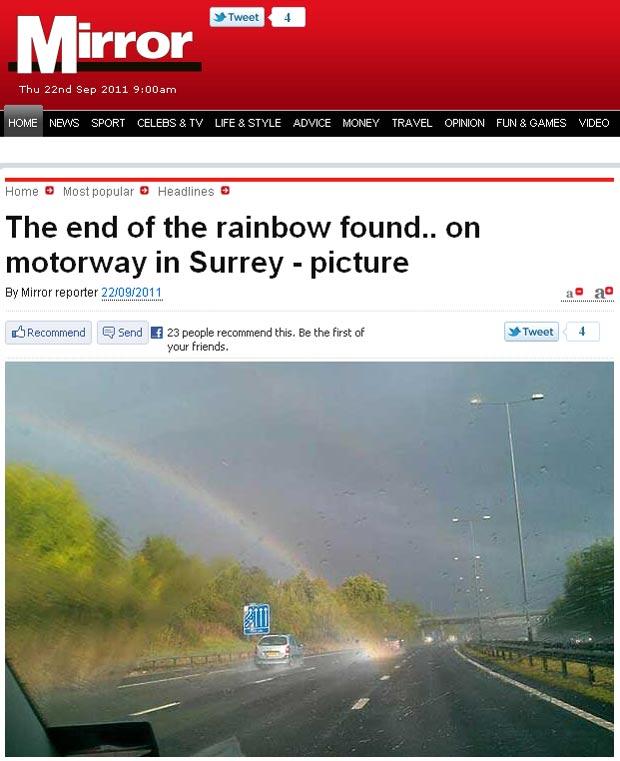 Motorista conseguiu fotografar o fim de um arco-íris em uma rodovia em Surrey. (Foto: Reprodução)