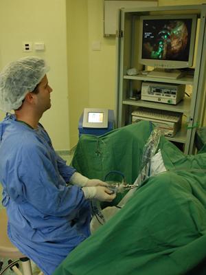 Médico observa e comanda a ação do laser na próstata do paciente. (Foto: Hospital de Transplantes / Divulgação)