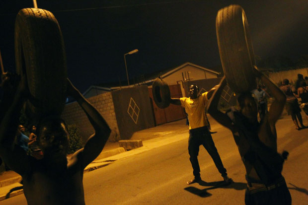 Apoiadores de Sata comemoram o resultado em rua de Lusaka (Foto: AP)