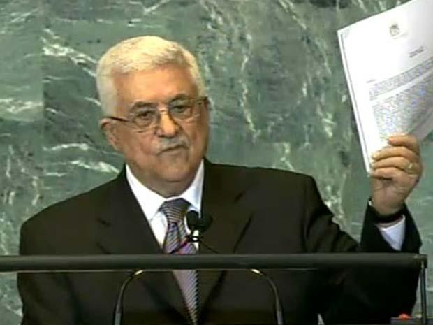 O presidente da Autoridade Palestina, Mahmoud Abbas, mostra ao plenário da Assembleia Geral da ONU o documento do pedido de adesão do Estado palestino à organização multilateral (Foto: Reprodução de vídeo)