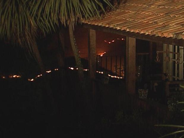 Incêndio pode ser avistado das casas no condomínio Retiro das Pedras, na Grande BH (Foto: Reprodução TV Globo)