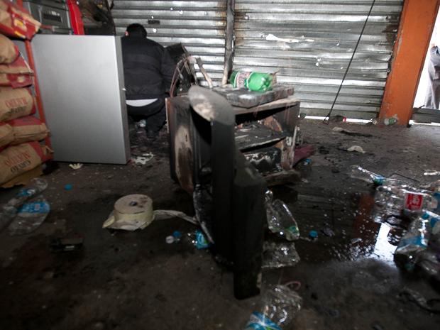 Assaltantes explodiram um caixa eletrônico em um supermercado na Estrada René Benedito Silva, em Itapevi, na Grande São Paulo, na madrugada desta sexta-feira (23). Vizinhos ouviram uma explosão por volta das 2h30 e acionaram a polícia. Os criminosos já haviam conseguido fugir quando os policiais chegaram ao local do crime. Segundo a Polícia Militar, os criminosos não conseguiram roubar nada, pois o dinheiro ficou queimado.  Uma parte do supermercado foi destruída com a explosão.  (Foto: Foto: Mario Ângelo/Sigmapress/AE)