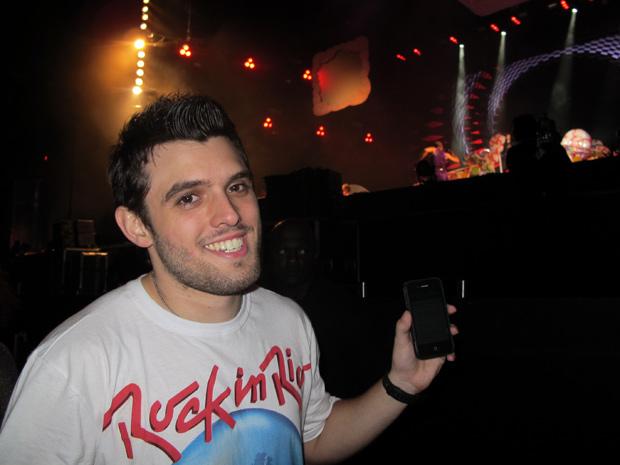 Júlio César exibe o celular com várias ligações que recebeu de amigos (Foto: Gustavo Miller/G1)