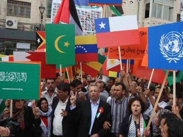 PAlestinos reunidos em Ramallah, na Cisjordânia, esperam pelo discurso de Mahmoud Abbas na ONU nesta sexta-feira (23) (Foto: AP)