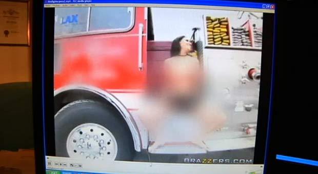 Atriz pornô Charley Chase aparece em veículo dos bombeiros realizando atos de cunho sexual. (Foto: Reprodução)