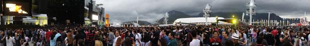 Imagem mostra público reunido no Palco Mundo antes do início dos shows do segundo dia de evento (Foto: Glauco Araújo/G1)