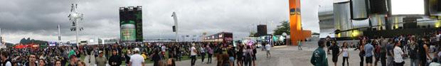 Público se concentra perto do Palco Mundo logo antes de a chuva cair na Cidade do Rock (Foto: Glauco Araújo/G1)
