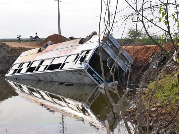 Um ônibus que transportava trabalhadores tombou em um rio no município de Santa Rita, na Grande João Pessoa, por volta da 6h deste sábado (24). Outro ônibus foi providenciado de forma que os trabalhadores seguissem o trajeto. (Foto: Walter Paparazzo/G1)