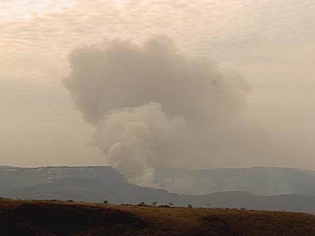 Incêndio na Serra do Rola Moça neste sábado (24). (Foto: Reprodução/TV Globo)