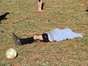 Corpo de árbitro caído em campo (Foto: Divulgação/Novanotícias)