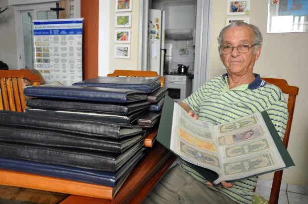 São mais de 20 tomos com cédulas e moedas catalogados pelo aposentado (Foto: Hélder Rafael/G1 MS)