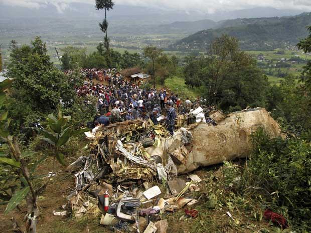 Destroços da pequena aeronave que caiu no Nepal. (Foto: AP Photo)
