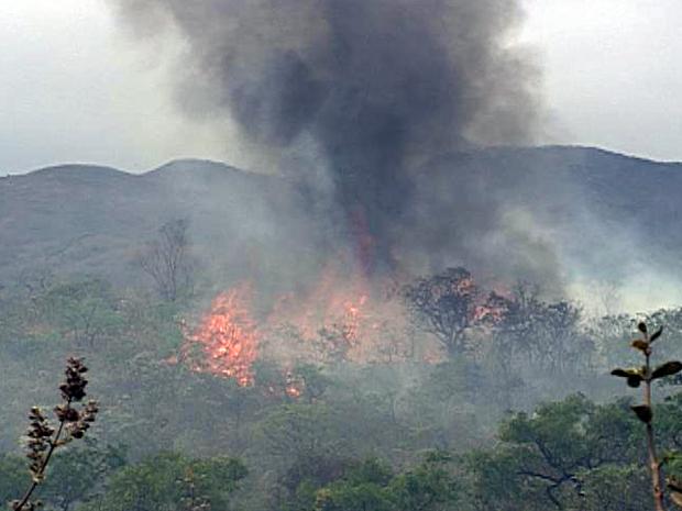 Incêndio atinge o Parque Estadual do Rola Moça, na Grande BH, desde sexta-feira (23). Neste domingo bombeiros disseram que cerca de 80% da vegetação da reserva já foi destruída (Foto: Reprodução TV Globo)