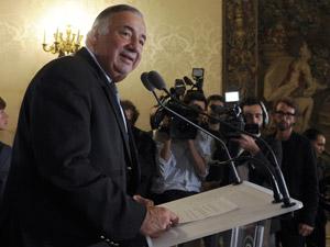 Presidente do Senado francês, Gerard Larcher, anuncia a maioria histórica da esquerda (Foto: Gonzalo Fuentes/Reuters)
