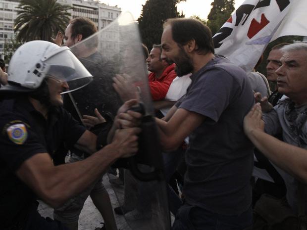 Policiais entraram em confronto com manifestantes na Grécia (Foto: John Kolesidis/Reuters)