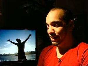 Marcelo Braga, de 23 anos, chorava ao comer fatia de presunto (Foto: Reprodução/ TV Gazeta)